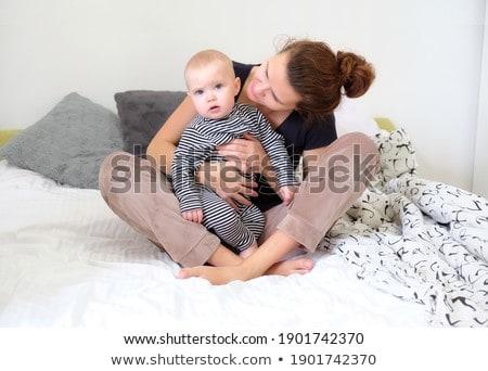 Stockfoto: Gelukkig · moeder · spelen · baby · vergadering · bed