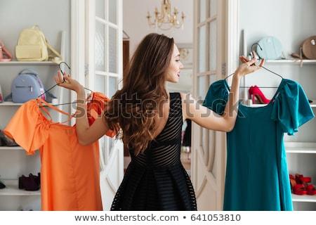 Gelukkig vrouw kiezen kleding kleding store Stockfoto © dolgachov