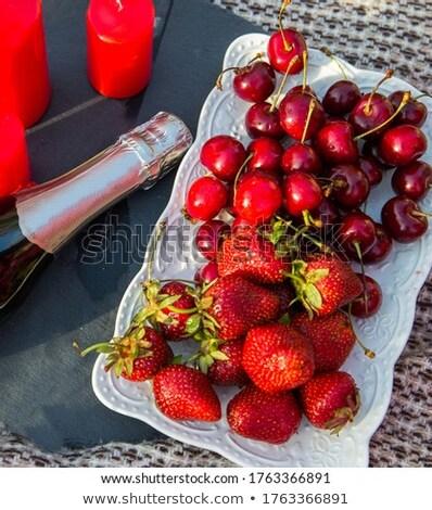 bottiglia · rosa · champagne · occhiali · fresche · fragole - foto d'archivio © dash
