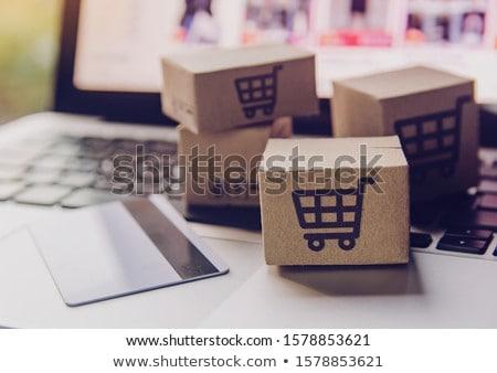 Foto stock: Compras · en · línea · cesta · de · la · compra · ordenador · portátil · entrega · ordenador · casa