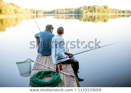 Homme amis net pêche lac loisirs Photo stock © dolgachov