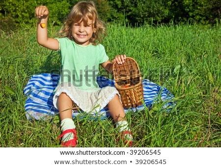 bastante · little · girl · mão · doce · cerejas · jardim - foto stock © Paha_L