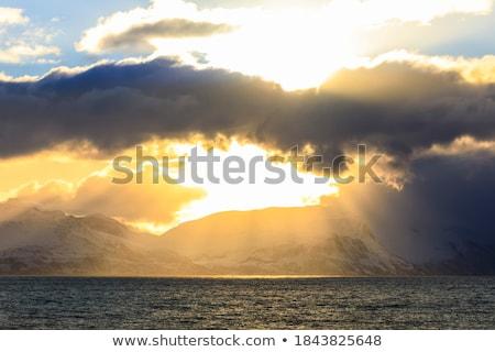 Noors zee winter zon stralen wolken Stockfoto © dmitry_rukhlenko