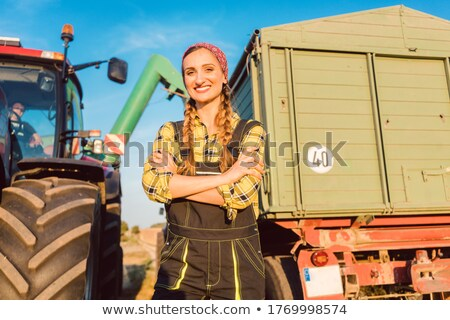 Büszke áll mezőgazdasági gép keresztbe tett kar dolgozik Stock fotó © Kzenon