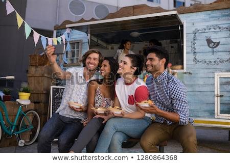 Boldog barátok elvesz mobiltelefon étel teherautó Stock fotó © wavebreak_media