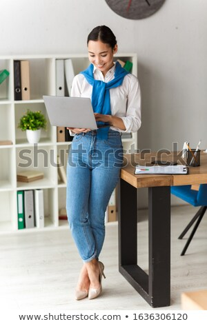 Imagen Asia secretario mujer pie mesa Foto stock © deandrobot