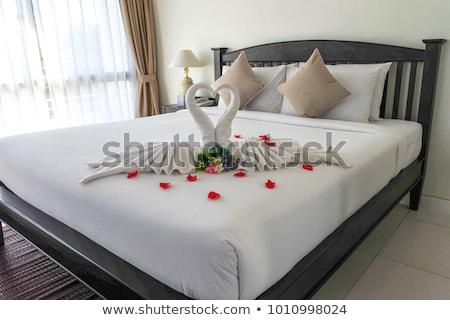 Toalla doblado cisne forma cama hoja Foto stock © FrameAngel