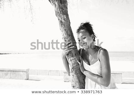 Mujer árbol blanco negro atractivo Foto stock © Qingwa