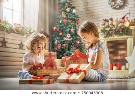 küçük · kız · açılış · Noel · sunmak · kanepe · aile - stok fotoğraf © dolgachov