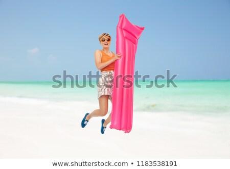 Tienermeisje springen matras strand recreatie Stockfoto © dolgachov