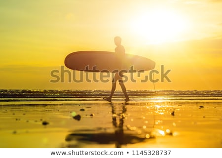 Vakáció sziluett szörfös hordoz szörf tábla Stock fotó © galitskaya