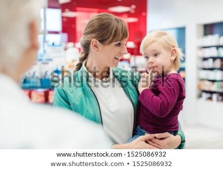 Anya lánygyermek gyógyszertár pult beszél tapasztalt Stock fotó © Kzenon