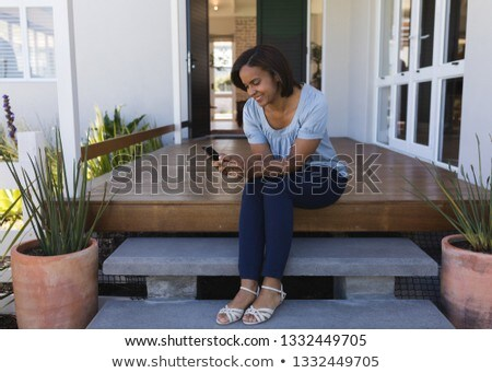 Rijpe vrouw mobiele telefoon veranda home Stockfoto © wavebreak_media