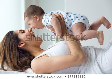 母親 · 演奏 · 赤ちゃん · 娘 · ベッド · ホーム - ストックフォト © Lopolo