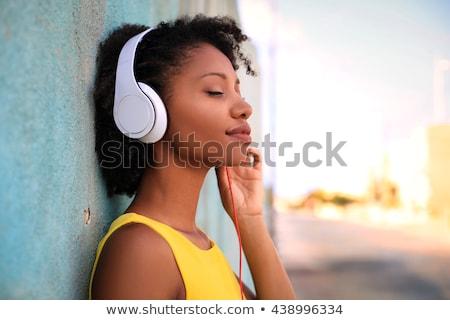 Stockfoto: Jonge · vrouw · luisteren · naar · muziek · hoofdtelefoon · home · glas · keuken