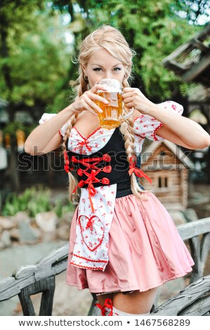 Fille oktoberfest traditionnel vêtements bière femmes Photo stock © lordalea
