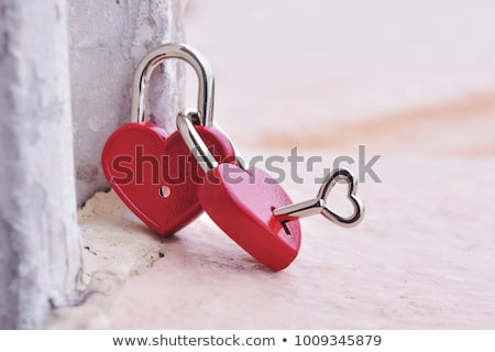 Foto stock: Red Heart Locked With Chain