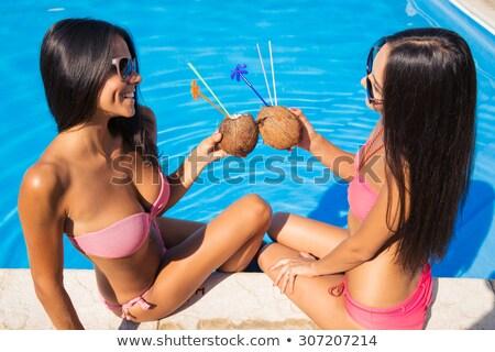 Meisjes bikini drinken cocktails praatjes buitenshuis Stockfoto © deandrobot