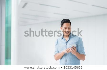 Foto stock: Atraente · jovem · asiático · homem · falante · telefone · móvel