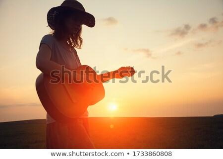 femenino · músico · jugando · guitarra · música · concierto - foto stock © wavebreak_media