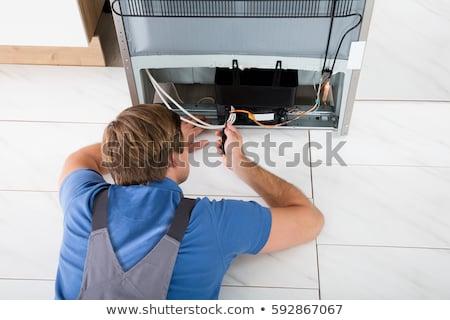 férfi · technikus · hűtőszekrény · átfogó · konyha · kábel - stock fotó © andreypopov