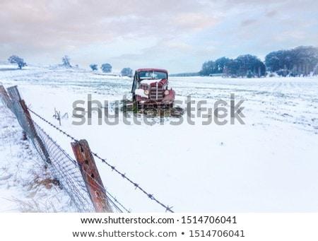 Foto stock: Enferrujado · carro · velho · neve · coberto · rural · campo