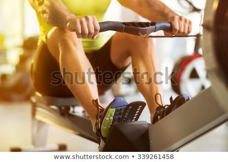 Hombre formación remo máquina fitness gimnasio Foto stock © Maridav