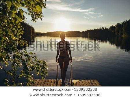 Fürdőkád naplemente gyermek elvesz tengerpart égbolt Stock fotó © fyletto