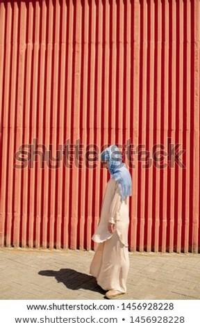 Jonge moslim vrouwelijke hijab permanente Rood Stockfoto © pressmaster