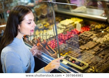 Nő sütemény bolt választ édes desszertek Stock fotó © Kzenon