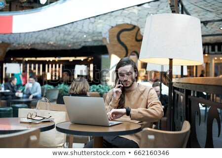 portre · yakışıklı · genç · çalışma · dizüstü · bilgisayar · kafe - stok fotoğraf © HASLOO