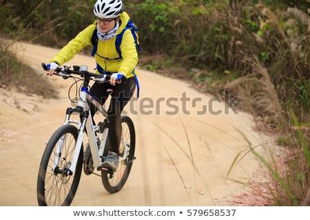 Vrouw paardrijden mountainbike buitenshuis gras Stockfoto © luckyraccoon