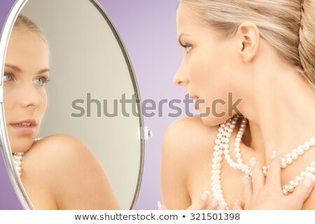 Mooie vrouw parel ketting violet schoonheid luxe Stockfoto © dolgachov
