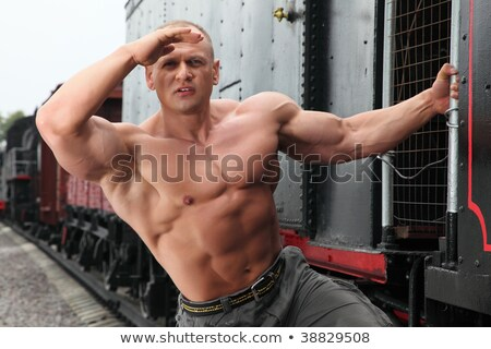 Forte sem camisa homem ver locomotiva metal Foto stock © Paha_L