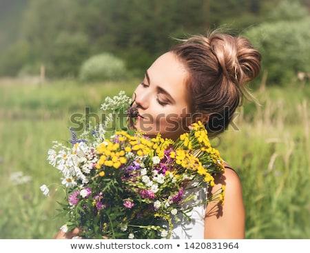 Natuurschoon meisje boeket bloemen outdoor vrijheid Stockfoto © artfotodima