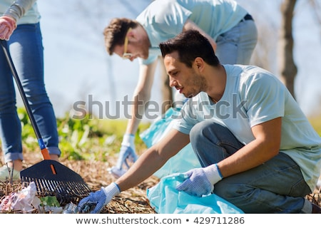Voluntarios basura bolsas caminando aire libre voluntariado Foto stock © dolgachov