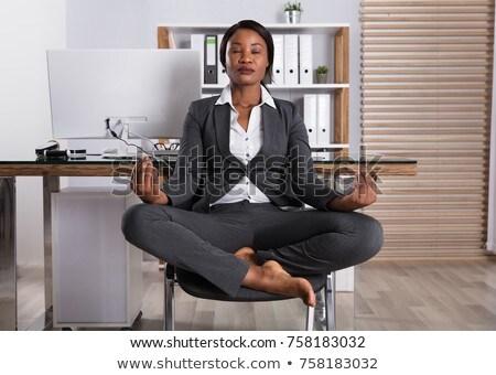 Jeunes femme d'affaires costume noir femme d'affaires noir Photo stock © NicoletaIonescu
