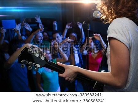 femenino · cantante · caucásico · labios · rojos - foto stock © wavebreak_media