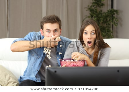 Amigos pipoca assistindo tv casa amizade Foto stock © dolgachov