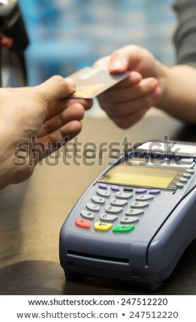 Cliënt creditcard kassier gezicht masker vrouw Stockfoto © AndreyPopov