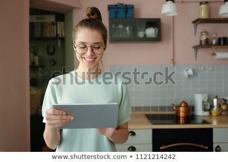 Vrouw huisvrouw computer home recreatie Stockfoto © dolgachov