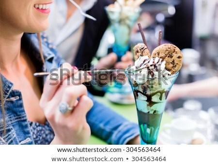 Paar genieten ijscoupe ijs hot zomer Stockfoto © Kzenon