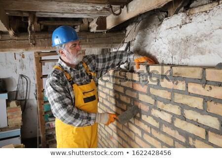 Trabajador edificio pared de ladrillo edad granero albañil Foto stock © simazoran