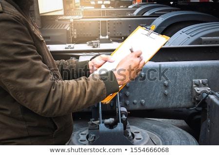 hombre · portapapeles · garaje · coche - foto stock © wavebreak_media