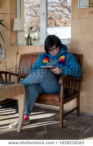 Sérieux jeune femme écharpe lecture livre Photo stock © deandrobot