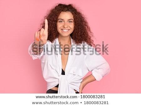 bastante · mulher · jovem · posando · isolado · rosa · parede - foto stock © deandrobot