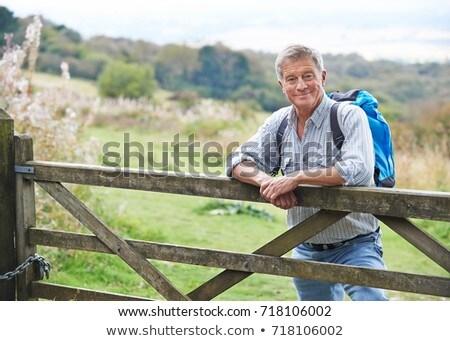 Senior uomo escursioni campagna riposo cancello Foto d'archivio © HighwayStarz
