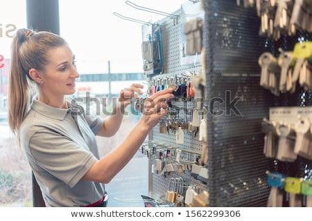 Mujer cerrajero clave trabajador servicio Foto stock © Kzenon