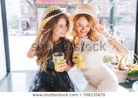 Elegante mujer grande sombrero Servicio a rayas Foto stock © Vg