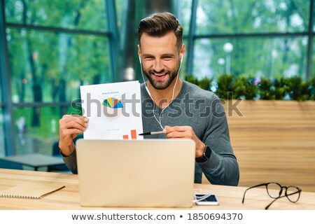 Europese zakenman tonen financiële diagram blond Stockfoto © studioworkstock